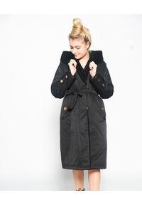 CRISTINAEFFE - Czarny płaszcz z kapturem. Typ kołnierza: kaptur. Kolor: czarny. Materiał: puch. Wzór: aplikacja. Sezon: zima. Styl: klasyczny