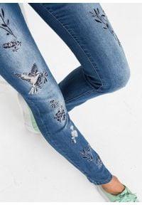 """Dżinsy Skinny z haftem bonprix niebieski """"stone"""". Kolor: niebieski. Materiał: poliester, elastan, bawełna, materiał. Wzór: haft"""