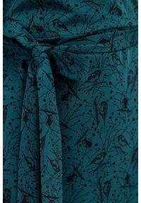 Marie Zélie - Sukienka Filomena Paridae zieleń butelkowa. Typ kołnierza: dekolt kopertowy. Kolekcja: moda ciążowa. Materiał: bawełna, dzianina, materiał, elastan, tkanina, skóra. Typ sukienki: proste, kopertowe. Styl: klasyczny, młodzieżowy