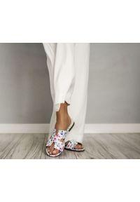 Zapato - damskie klapki na miękkiej podeszwie - skóra naturalna - model 371 - kolor kotwice. Okazja: na imprezę, na co dzień. Materiał: skóra. Wzór: motyw zwierzęcy, nadruk, kolorowy, kwiaty. Sezon: lato, wiosna. Obcas: na płaskiej podeszwie. Styl: klasyczny, wakacyjny, casual