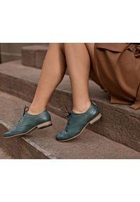 Zapato - sznurowane półbuty jazzówki - skóra naturalna - model 246 - kolor zielony. Okazja: do pracy, na co dzień, na spotkanie biznesowe. Kolor: zielony. Materiał: skóra. Szerokość cholewki: normalna. Wzór: motyw zwierzęcy, kwiaty, kolorowy. Obcas: na obcasie. Styl: elegancki, casual, klasyczny, boho, biznesowy. Wysokość obcasa: niski