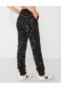 CHAOS BY MARTA BOLIGLOVA - Czarne spodnie dresowe z bawełny PAINT. Stan: podwyższony. Kolor: czarny. Materiał: bawełna, dresówka