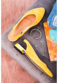 Casu - żółte baleriny casu na niskim obcasie z odkrytą piętą polska skóra 4016. Kolor: żółty. Materiał: skóra. Obcas: na obcasie. Wysokość obcasa: niski