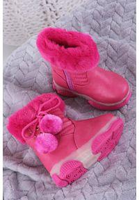 Casu - różowe botki z futerkiem i pomponami casu x802a. Kolor: różowy. Materiał: futro
