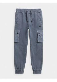 4f - Spodnie dresowe joggery cargo chłopięce. Okazja: na co dzień. Kolor: niebieski. Materiał: dresówka. Styl: casual
