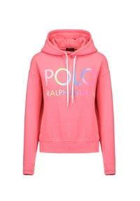 Polo Ralph Lauren - Bluza POLO RALPH LAUREN RLXD HD FLC. Typ kołnierza: polo. Kolor: różowy. Materiał: dzianina, prążkowany. Wzór: napisy