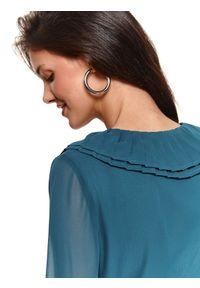 TOP SECRET - Plisowana sukienka z dekoltem w serek. Typ kołnierza: dekolt w serek. Kolor: niebieski. Sezon: zima