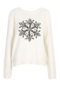 TOP SECRET - Sweter z błyszczącą aplikacją. Kolor: biały. Materiał: dzianina. Wzór: aplikacja. Sezon: zima, jesień