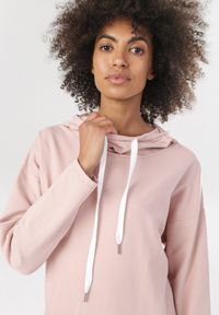 Różowa bluza z kapturem Born2be