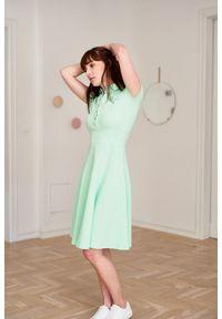 Marie Zélie - Sukienka Polo miętowa – marszczona XXS zielony. Okazja: na co dzień, do pracy. Typ kołnierza: polo. Kolor: wielokolorowy, zielony, miętowy. Materiał: dzianina, materiał, bawełna. Długość rękawa: krótki rękaw. Typ sukienki: sportowe, proste. Styl: casual, wakacyjny, klasyczny, sportowy