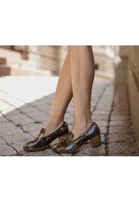Zapato - wężowe półbuty na 6 cm słupku - skóra naturalna - model 250 - kolor kolorowy wąż. Okazja: do domu. Zapięcie: bez zapięcia. Materiał: skóra. Wzór: kolorowy. Sezon: lato, jesień, wiosna. Obcas: na słupku. Styl: klasyczny, elegancki. Wysokość obcasa: niski