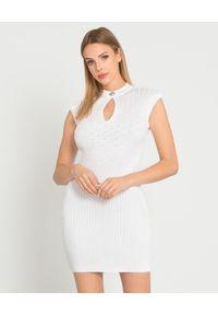 Balmain - BALMAIN - Biała sukienka z dzianiny. Okazja: na spotkanie biznesowe. Kolor: biały. Materiał: dzianina. Typ sukienki: dopasowane. Styl: biznesowy. Długość: mini