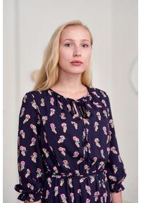Marie Zélie - Sukienka Cecilia Bella. Materiał: bawełna, wiskoza, materiał, tkanina, skóra, poliester. Wzór: napisy, aplikacja