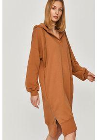 Beżowa sukienka Answear Lab mini, wakacyjna, na co dzień, oversize