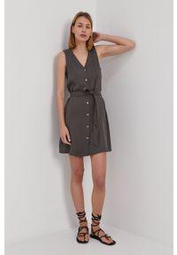 Vero Moda - Sukienka. Kolor: szary. Materiał: tkanina, jedwab, materiał, lyocell. Typ sukienki: rozkloszowane