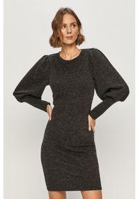 Jacqueline de Yong - Sukienka. Kolor: szary. Materiał: dzianina. Długość rękawa: długi rękaw. Wzór: gładki. Typ sukienki: dopasowane