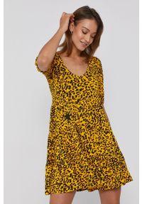 Desigual - Sukienka. Okazja: na co dzień. Kolor: żółty. Materiał: włókno, tkanina. Długość rękawa: krótki rękaw. Typ sukienki: proste. Styl: casual