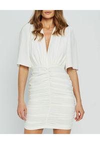 MARLU - Biała sukienka mini Pilar. Okazja: na imprezę, na randkę. Typ kołnierza: dekolt w kształcie V. Kolor: biały. Materiał: wiskoza. Typ sukienki: dopasowane. Styl: wizytowy. Długość: mini