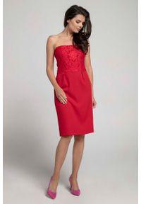 Czerwona sukienka koktajlowa Nommo w koronkowe wzory, z odkrytymi ramionami, wizytowa