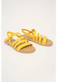 Żółte sandały Crocs na klamry