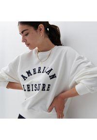 Reserved - Bawełniana bluza z nadrukiem - Kremowy. Kolor: kremowy. Materiał: bawełna. Wzór: nadruk