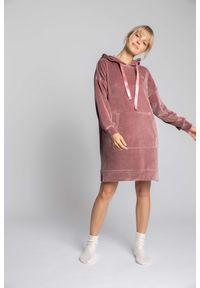 MOE - Welurowa Sukienka w Sportowym Wydaniu - Różowa. Kolor: różowy. Materiał: welur