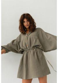 Marsala - Sukienka typu kimono z muślinu w kolorze khaki - SAVANNAH KHAKI BY MARSALA. Kolor: brązowy. Materiał: bawełna. Sezon: lato, wiosna. Typ sukienki: proste