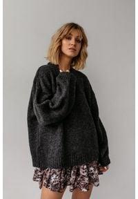 Marsala - Sweter oversize z bufiastym rękawem GRAFITOWY - RIVERO BY MARSALA. Okazja: na co dzień. Kolor: szary. Materiał: wełna, akryl. Sezon: zima, jesień. Styl: casual, wizytowy