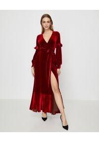 RAQUEL DINIZ - Czerwona jedwabna sukienka. Kolor: czerwony. Materiał: jedwab. Długość rękawa: długi rękaw. Typ sukienki: rozkloszowane, kopertowe. Styl: elegancki. Długość: maxi