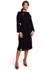 MOE - Czarna Sukienka Dzianinowa Midi z Asymetrycznym Dekoltem. Kolor: czarny. Materiał: dzianina. Typ sukienki: asymetryczne. Długość: midi
