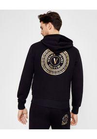 Versace Jeans Couture - VERSACE JEANS COUTURE - Bawełniana bluza z kapturem. Okazja: na co dzień. Typ kołnierza: kaptur. Kolor: czarny. Materiał: bawełna. Długość rękawa: długi rękaw. Długość: długie. Wzór: nadruk. Styl: sportowy, casual, klasyczny