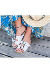 Zapato - klapki na korkowej podeszwie - skóra naturalna - model 340 - kolor biały. Okazja: na imprezę, na co dzień. Kolor: biały. Materiał: skóra. Wzór: motyw zwierzęcy, nadruk, kolorowy, kwiaty. Sezon: lato, wiosna. Obcas: na płaskiej podeszwie. Styl: klasyczny, wakacyjny, casual