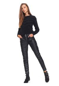 Czarne spodnie TOP SECRET długie, casualowe, w kolorowe wzory