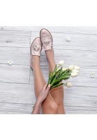 Zapato - półbuty - skóra naturalna - model 247 - kolor różowy bąbelki. Okazja: do pracy, na imprezę, na spacer. Zapięcie: bez zapięcia. Kolor: różowy. Materiał: skóra. Szerokość cholewki: normalna. Wzór: kwiaty, kratka, kolorowy. Obcas: na obcasie. Styl: klasyczny, elegancki. Wysokość obcasa: niski