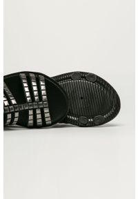 Czarne sandały zaxy z motywem zwierzęcym, bez obcasa