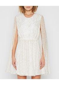 MARLU - Kremowa sukienka mini z peleryną. Kolor: biały. Materiał: wiskoza, materiał. Długość: mini