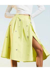 TwinSet - TWINSET - Spódnica z rozcięciem i biżuteryjnymi aplikacjami. Kolor: żółty. Materiał: bawełna. Wzór: aplikacja