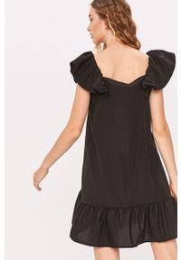 Czarna sukienka Answear Lab z dekoltem typu hiszpanka, wakacyjna, prosta