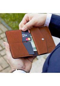 Solier - Skórzany cienki portfel męski z bilonówką SOLIER SW15 SLIM brąz. Kolor: brązowy. Materiał: skóra