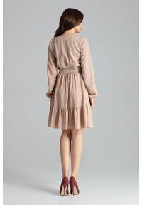 Lenitif - Rozkloszowana kopertowa sukienka midi z falbaną BOHO beżowa. Okazja: na imprezę, na randkę. Typ kołnierza: kokarda. Kolor: beżowy. Długość rękawa: długi rękaw. Typ sukienki: kopertowe. Styl: boho. Długość: midi
