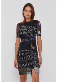 Desigual - Sukienka. Kolor: czarny. Materiał: tkanina. Długość rękawa: krótki rękaw. Typ sukienki: dopasowane