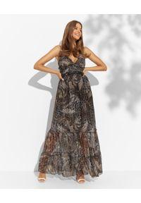 LUXE FASHION - Jedwabna maxi sukienka z falbankami. Typ kołnierza: kołnierz z falbankami. Kolor: brązowy. Materiał: jedwab. Długość rękawa: na ramiączkach. Wzór: motyw zwierzęcy. Długość: maxi