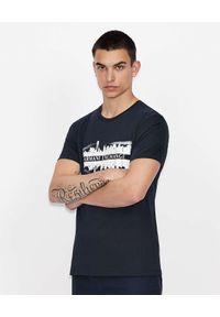 Armani Exchange - ARMANI EXCHANGE - Granatowy t-shirt z białym nadrukiem. Kolor: niebieski. Materiał: materiał. Wzór: nadruk