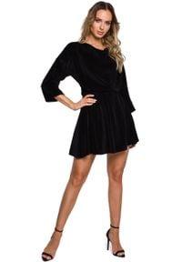 MOE - Czarna Rozkloszowana Welurowa Sukienka z Dekoltem Typu Woda. Kolor: czarny. Materiał: welur