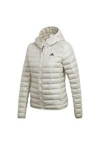 Biała kurtka Adidas długa, w kolorowe wzory, z dekoltem woda, na zimę