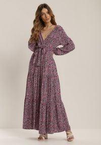 Renee - Granatowa Sukienka Nyshophe. Kolor: niebieski. Wzór: kwiaty. Typ sukienki: kopertowe, rozkloszowane. Długość: maxi