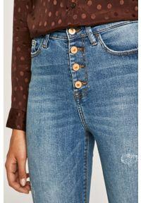 Niebieskie jeansy Jacqueline de Yong w kolorowe wzory