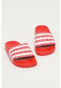 adidas Originals - Klapki Adilette. Kolor: czerwony. Materiał: materiał, guma. Obcas: na obcasie. Wysokość obcasa: niski