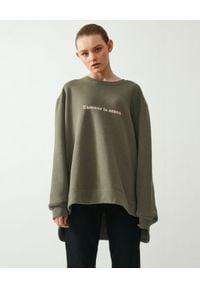 MMC STUDIO - Asymetryczna bluza khaki Amour. Kolor: zielony. Materiał: materiał, bawełna. Długość rękawa: długi rękaw. Długość: długie. Wzór: napisy, haft, aplikacja