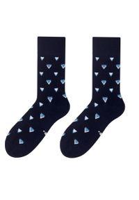 More - Czarne skarpety męskie - niebieskie trójkąty SK115. Kolor: wielokolorowy, niebieski, czarny. Materiał: bawełna, poliamid, elastan